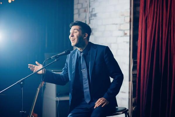 Comediante frente al micrófono