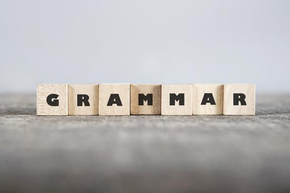 Cubos de madera que forman la palabra grammar