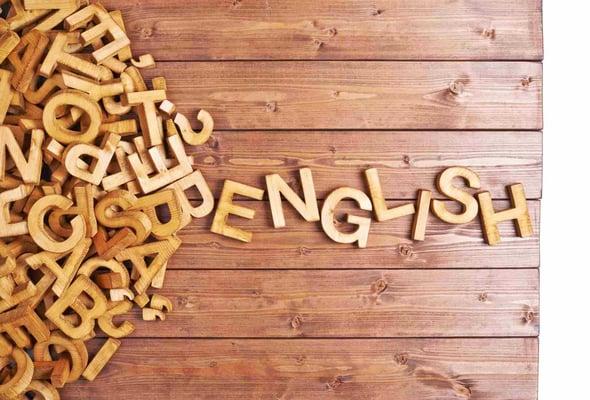 Lestras de madera que forman la palabra english